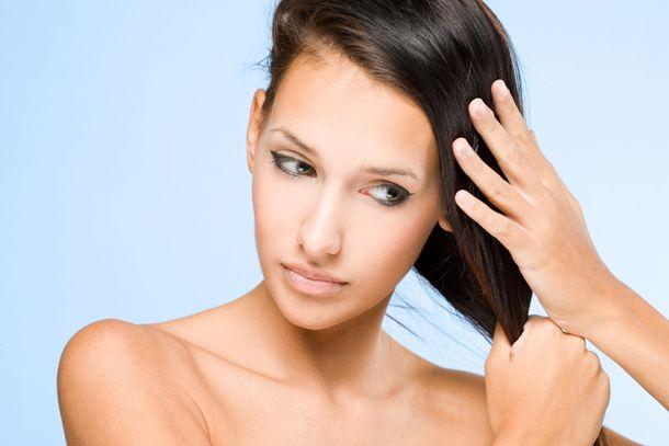 Девушка гладит свои волосы